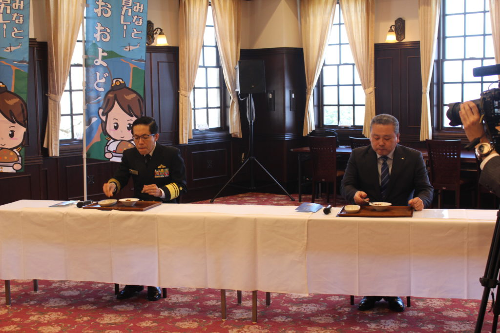 総監と副市長試食